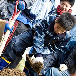 植樹作業をする子供